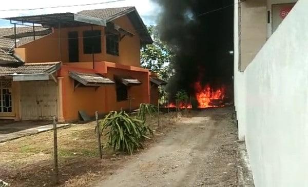 Diduga karena Sedot BBM, Mobil Pick Up Terbakar di Pinrang, Warga Pun Heboh