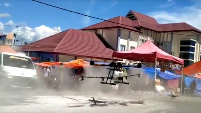 2 Drone Semprot Disinfektan di Pasar Lolloe dan RSU Latemamala Soppeng