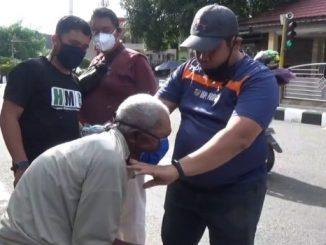 KNPI Parepare Bagikan 300 Masker dan Semprot Disinfektan ke Rumah Warga