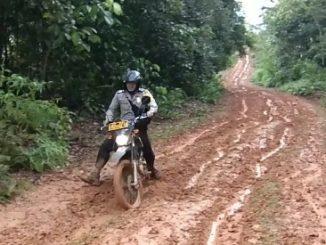 Bhabinkamtibmas Desa Letta Terobos Medan Berlumpur Demi Tugas