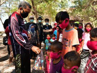 Gubernur dan Wali Kota Ajak Anak Pulau Bermain Kumpul Sampah Plastik