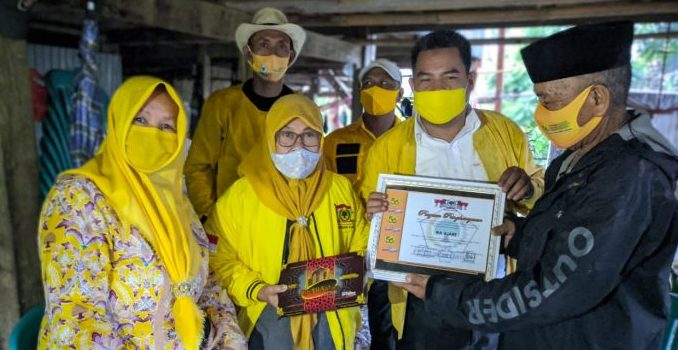 Sambangi Kader Senior dan Bagi-bagi Masker, Cara Golkar Parepare Sambut HUT Ke-56