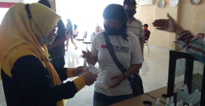Serap Aspirasi Warga, Ketua DPRD Parepare Turut Bagikan Masker dan Handsanitizer