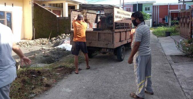 FOTO : Tim Reaksi Cepat DLH Parepare Bersihkan Tumpukan Sampah di Blok F Perumahan Grand Sulawesi